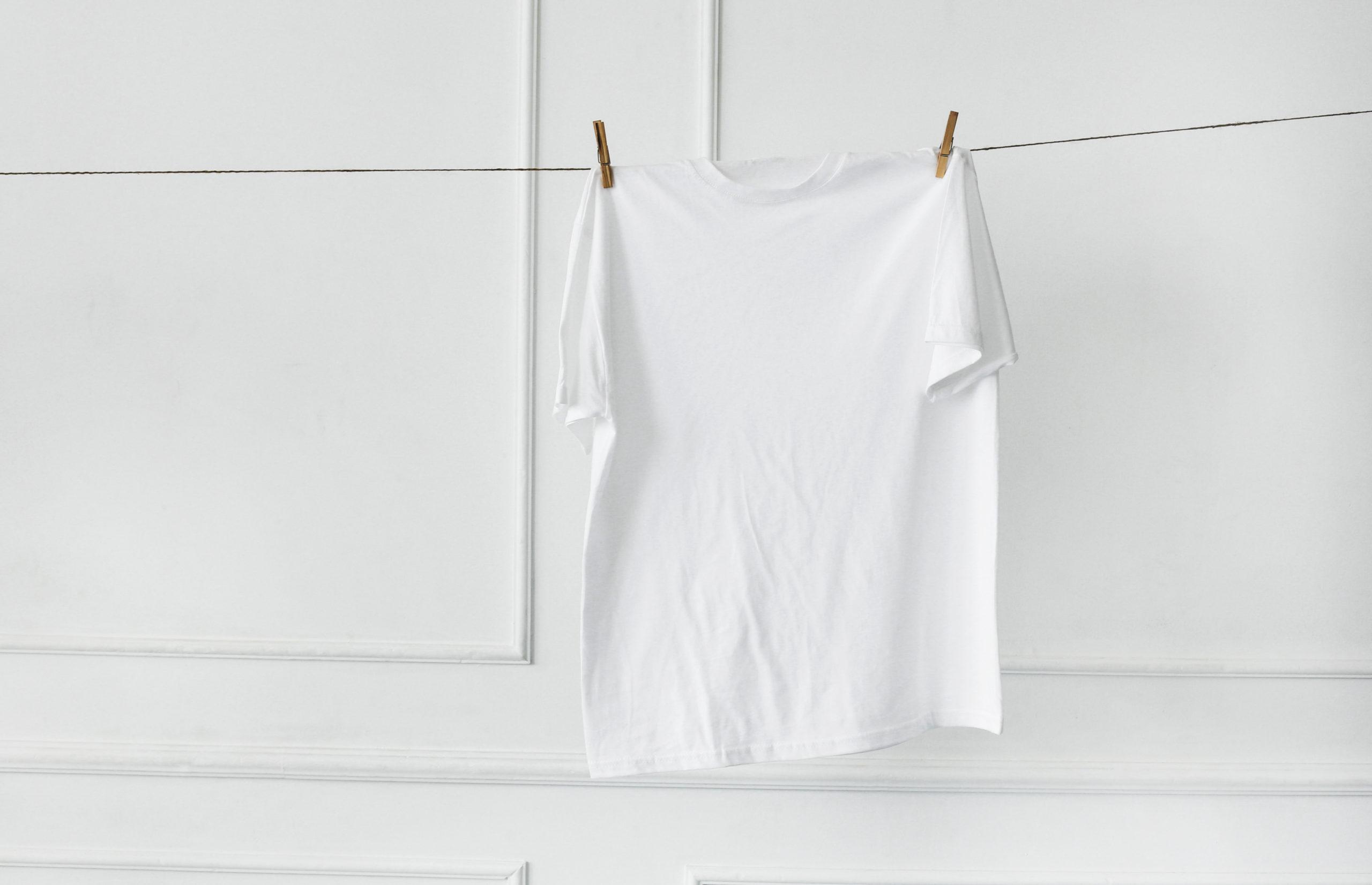 ¿Cómo eliminar manchas amarillas de las camisetas blancas?